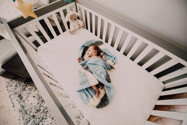 łóżeczko dziecięce z przewijakiem